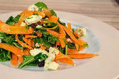 Aπό τον Chef Αλέξανδρο Παπανδρέου Ημέρα προβολής 12/11/14 ΥΛΙΚΑ Για 4 άτομα 8 μεσαία ή μεγάλα καρότα 120 γρ. ρόκα 1 πορτοκάλι Χυμό από 1 λεμόνι 100 γρ. μπλε τυρί Δανίας Castello Danablu 120 γρ. καρύδια 2 κ.σ. καστανή ζάχαρη 2 κ.σ. βούτυρο Lurpak Ελαιόλαδο Αλάτι-πιπέρι ΕΚΤΕΛΕΣΗ Για τα καραμελωμένα καρύδια: Λιώνουμε το βούτυρο σε …