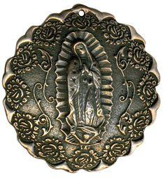 Medallón metálico de la Virgen de #Guadalupe con rosas, terminado antiguo