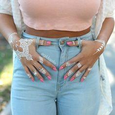 30 Stunning White Henna-Inspired Tattoos That Look Like Elegant Lace Henna Blanca, Body Painting, White Henna Tattoo, Henna Inspired Tattoos, Fake Tattoos, Henna Tattoos, Tatoos, Indian Henna, Henna Style
