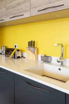 Crédence et plan de travail : les bonnes associations A credence lift and a yellow wall painting Modern Kitchen Cabinets, Kitchen Furniture, Kitchen Interior, Kitchen Decor, Yellow Kitchen Designs, Modern Kitchen Design, Kitchen Yellow, Yellow Interior, Home Kitchens