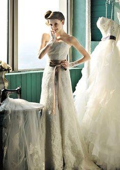 Brautkleid Etui -Stil trägerlos Spitze Perlen von Minerva's Little Wedding Shop auf DaWanda.com
