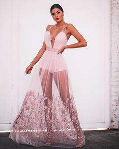 Elisa cortes dresses on the spot light. Elegant Dresses Classy, Unique Prom Dresses, Pink Prom Dresses, Gala Dresses, Casual Summer Dresses, Classy Dress, Sexy Dresses, Cute Dresses, Beautiful Dresses