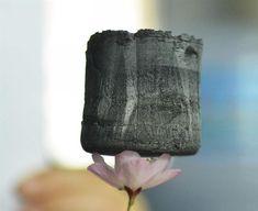 Um pedaço de gel grafeno, o material sólido mais leve do mundo, repousa sobre uma flor em um laboratório da Universidade de Zhejiang, na cidade de Hangzhou, China - http://glo.bo/WCBYvy (Foto: EFE/Long Wei)