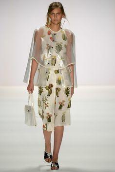 Steinrohner Spring/Summer 2017 Ready-To-Wear Berlin Fashion Week Resort Casual Wear, Spring Fashion 2017, Fashion 2016, Fashion Show, Fashion Design, Fashion Trends, Kids Fashion, Floral Fashion, Editorial Fashion