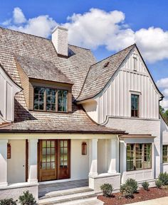 The modern farmhouse style isn't just for rooms. The farmhouse exterior design totally reflects the whole style of the home and the family tradition also. It totally reflects the entire style… Exterior Paint Colors, Exterior House Colors, Exterior Design, Facade Design, Classic House Exterior, Stucco Colors, Roof Colors, House Paint Exterior, Paint Colours