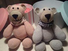 Opskriften på disse søde hæklede bamsebjørne er lavet af Mai-Britt Dyreholt. Denne hækleopskrift resulterer i nogle rigtige krammebamser, som børnene elsker.