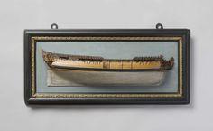 Charles Bentam | Half model of an Admiralty of Amsterdam war frigate, Charles Bentam, c. 1740 | Blokmodel (stuurboord) van een driemaster, zeer gedetailleerd, gemonteerd op een met beschilderd papier beplakte grondplank, die van een versierde lijst is voorzien. Twaalf geschutpoorten aangegeven op één dek, één poort in het wulf en één op het onderdek. Gekroonde leeuw als schegbeeld, snijwerk tussen de slooiknieën. Gewrongen spiegel, hol wulf, hek en zijgalerij van één verdieping, geheel…