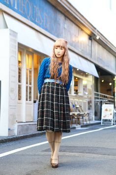 色鮮やかなトップスと大きい柄のスカート。(・∀・)イイネ!!。