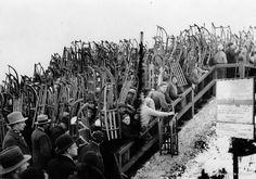 An der Rodelbahn im Grunewald waren im Februar 1933 ein paar Leute mit Schlitten unterwegs.