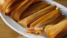 Tamales veganos de frijoles negros refritos y salsa de tomatillo