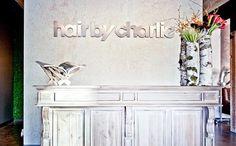 diseño salón de belleza. decoración. mesa madera vintage