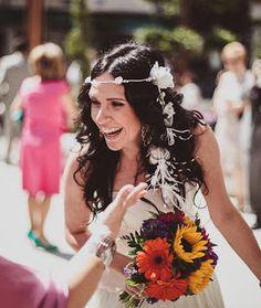 La felicidad de Estibaliz es patente, las flores, el color, sus dos tocados de novia, la acompañaron en un día tan especial