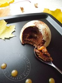 Dôme de mousse au chocolat, coeur coulant au caramel sur son croustillant pralinoise - Cuisine Addict - Food & Travel