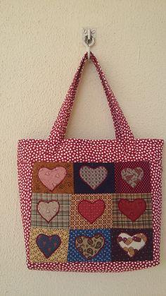 Bolsa corações; bolsa tecido; bolsa patchwork. Feita por Camélia Ateliê, visite: https://www.facebook.com/cameliaatelie/?ref=bookmarks