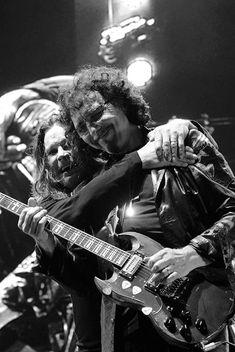 #OzzyOsbourne #TonyIommi #BlackSabbath Heavy Metal Rock, Heavy Metal Music, Tony Iommi, Ozzy Osbourne Black Sabbath, Black Sabbath Concert, Jim Morrison Movie, Kings Of Leon, Famous Musicians, Neil Young