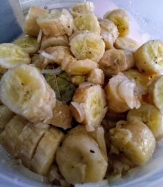 Guineos en escabeche are a staple in Puerto Rican cuisine during the Holidays. This side dish is made with green bananas. An escabeche refers to a vinegar based marinate common in Latin cuisine. Puerto Rican Cuisine, Puerto Rican Recipes, Dominican Recipes, Dominican Food, Cuban Recipes, Comida Boricua, Boricua Recipes, Puerto Rican Appetizers, Escabeche Recipe