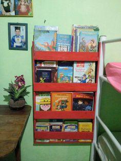 Estante de livros infantis