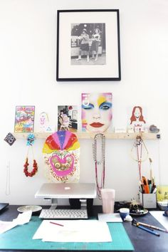 Desk, plankje erboven, foto daarboven.    Freunde von Freunden — Margot Bowman — Artist, Designer, DJ, Apartment & Studio, Hoxton, London — http://www.freundevonfreunden.com/interviews/margot-bowman/