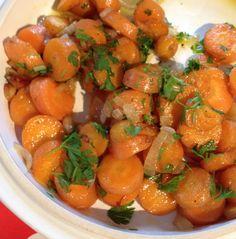 """Wortels kun je koken, maar bakken is vele malen lekkerder. Dit recept in de serie """"Lekker van het land"""" is doodsimpel, maar verrukkelijk. Mét variatietips, en soep van de kliekjes.  Wat heb je nodig? Lekkere wortels. Winterwortels of bospeen, dat maakt niet uit – als ze maar lekker zijn. De basis van dit gerechtje …"""