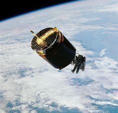 NASA astronaut Dale Gardner captures the malfunctioning WESTAR-VI sat - 1984 / A cavallo del satellite !