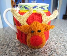 Reindeer Christmas Cup Cosy FREE knitting pattern ||| Justjen-knits&stitches