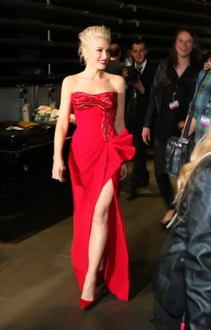 Singer Gwen Stefani looked awesome wearing a custom-made gown with silk satin cutouts from the Atelier Versace Spring 2015 collection on the occasion of the Grammy Awards. Gwen Stefani Body, Gwen Stefani Style, Celebrity Red Carpet, Celebrity Style, Gwen And Blake, Party Fashion, Fashion Outfits, Party Mode, Red Gowns