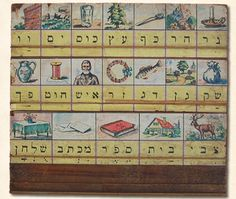 Leesplankje S. Engelsman omstreeks 1930 Dit Joodse leesplankje bestaat uit drie rijen met in totaal 19 afbeeldingen en woorden.   Het plankje wordt van rechts naar links gelezen. De woorden zijn: ner (licht), har (berg), kaf (lepel), eets (boom), kos (beker), jam (zee), waw (haak), sak (zak), gan (tuin), dack (vis), zer (krans), iesj (man), choet (draad), pach (kan), tsvie (hert), bajit (huis), sefer (boek), michtav (schrift), sjoelchan (tafel).
