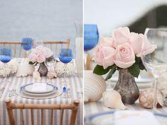 Decoração de mesa de almoço na praia - toalha listrada de azul e branco - rosas e conchas