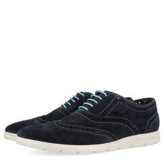 Zapatillas azul marino estilo oxford. Detalle de cordones azul turquesa y suela blanca. Corte y forro en piel y plantilla de tejido.