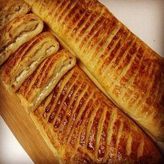 Bugün katmer yapmak geldi içimden. #sivaskatmeri #katmer #tarif #turkey #katmersalonu #fırın #lezzet #maya #merdane #mutfak #yöresel #hamurişi #unlumamüller #sivas #köy #tandır Sivas Katmeri.. 5 su bar un 20gr yaşmaya 1 tatlı kaş şeker 1 tatlı kaş tuz ılık su Arasına:175gr margarin İç harcı:peynir, patates Üzerine:yumurta sarısı Mayalı hamur yapılır.dinlendirilir.iki parçaya bölünür.elips şeklinde açılır.(margarin üçe bölünür) birinci parçaya, oda sıcaklığındaki margarin sürülür, ikinci…