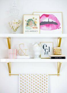 Dá para colocar o dourado na decoração apenas adicionando toques da cor nas prateleiras ou paredes!
