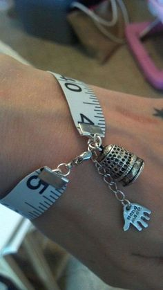 Diy Jewelry : Measuring Tape Bracelet OSFM Quilter Sewing Thimble Safety Pin Perfect Source by terryemerson Diy Schmuck, Schmuck Design, Beaded Jewelry, Jewelry Bracelets, Handmade Jewelry, Sewing Hacks, Sewing Crafts, Sewing Kit, Sewing Toys