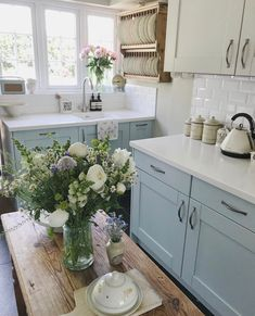 We're in love with this classic cozy kitchen. Cottage Kitchens, Home Kitchens, Country Kitchen, New Kitchen, Cozy Kitchen, Kitchen Interior, Kitchen Decor, Küchen Design, Kitchen Styling