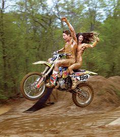 E o piloto de motocross Travis Pastrana com sua esposa, a esqueitista Lyn-Z Pastrana Travis Pastrana, Motocross, Michael Phelps, Scrambler, Game Motor, Coco Ho, Surf, Big Boyz, Couple Activities