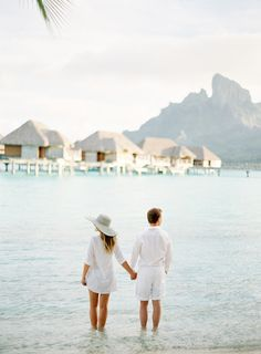 I love the colors, the casualness of the image. And a couple that travels together... <3