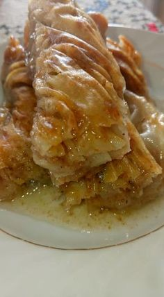 Υπέροχο και λαχταριστό Σαραιλί. Το τέλειο σιροπιαστό με χειροποίητο φύλλο Greek Sweets, Greek Desserts, Greek Recipes, Just Desserts, Sweet Buns, Sweet Pie, Cookbook Recipes, Dessert Recipes, Cooking Recipes