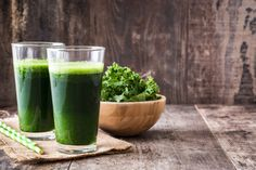 Kale is not only a superfood. It is a cruciferous vegetable that contains goitrogens which is a substance that can be beneficial to those with hyperthyroidism by slowing down the function of the thyroid. Kale Juice, Whole Food Recipes, Healthy Recipes, Healthy Food, Eating Carrots, Natural Detox Drinks, Juicing Benefits, Health Benefits, Fat Burning Detox Drinks