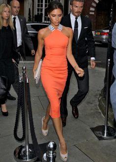 Fiel a su estilo, Victoria Beckham con este ajustado vestido naranja de su colección con escote halter cruzado en la espalda en plata a juego con la cremallera. La diseñadora lo combinó con cartera tipo sobre en blanco y peep toes nude de piel de Giuseppe Zanotti.