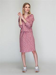 Платье свободного силуэта из гладкого трикотажа. Изделие с длинным рукавом и капюшоном.