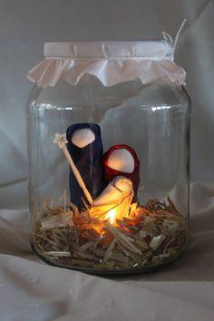 WEIHNACHTSKRIPPE IM GLAS Die heilige Familie begleitet euch zur Weihnachtszeit und lässt sich in einem Glas sehen. Zu sehen ist in stilisierter Form, Maria, Josef und das Jesuskind, gebettet in echtem Stroh. Man kann die heilige Familie von allen Seiten betrachten. Im Stroh