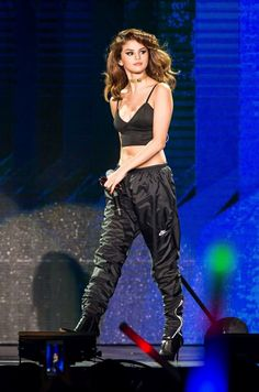 selena gomez, revival tour of the delay in response e but I am a bit more about the same the Selena Gomez Fashion, Selena Gomez Outfits, Selena Gomez With Fans, Selena Gomez Style, Marie Gomez, Spy Kids, Stage Outfits, Shows, Hollywood Celebrities