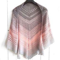 My mom made a shawl with the yarn cake in my previous post. She named it the Bella Vita Shawl (=good life). Free pattern is up on wilmade.com *link in bio* --- Mams heeft een omslagdoek gemaakt van de cake in mijn vorige bericht. Ze heeft 'm Bella Vita genoemd, wat 'het goede leven' betekent  Gratis patroon op wilmade.com