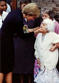 Diana, Princess of Wales, greets Nellie Corbett during her visit to. Princess Diana Photos, Princess Diana Family, Royal Princess, Prince And Princess, Princess Of Wales, Lady Diana Spencer, Prinz William, Prinz Harry, Estilo Real