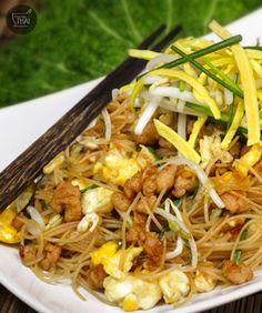 Receta de #Salteado de noodle de arroz con huevo y cerdo Thai Recipes, Stir Fry, Deli, Food Dishes, Fries, Food And Drink, Pasta, Cooking, Tailgate Desserts