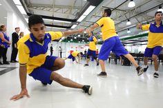 """O Grupo Zumb.boys fez uma intervenção artística chamada """"Dança por Correio"""" no #Poupatempo São José do Rio Preto, em parceria com o Sesc."""