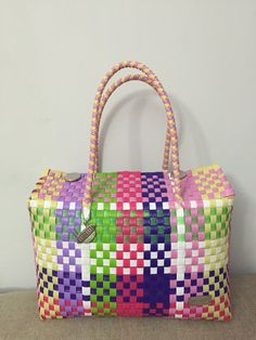#wovenbag Hecho en mexico Coffee Branding, Basket Bag, Basket Decoration, Op Art, Retro, Basket Weaving, Diaper Bag, Recycling, Projects To Try