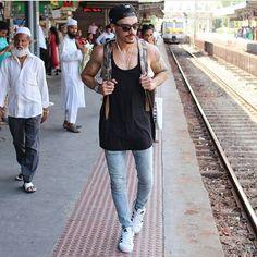 A gente sempre curte um estilo street e o modelo @renodigois traduz bem essa pegada urbana ao se vestir.