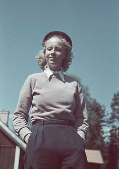 1941. Kvinna i rosa tröja. 1940s Fashion, Daily Fashion, Fashion Photo, Vintage Fashion, Vintage Year, Vintage Ladies, Vintage Wardrobe, Vintage Outfits, 1940s Woman