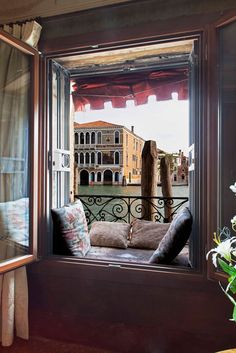 The view looking out onto the Grand Canal will leave you speechless. From the two balconies you can admire the Chiesa della Salute, designed by Baldassarre Longhena after the Palladio, the Palazzo Barbarigo with its mosaics, and the Accademia Bridge. It feels as if you are living in a painting.
