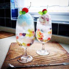 人気インスタグラマー・もげさん考案「ビー玉クリームソーダ」。シュワシュワひんやり…ビー玉代わりのグミがとってもかわいい♪ 涼やかな見た目もこれからの季節にぴったりですよ。作り方も合わせてご紹介するので、夏おやつの参考にしてみてください! Dessert Drinks, Fun Drinks, Yummy Drinks, Cafe Menu, Cafe Food, Unicorn Foods, Sorbets, Cream Soda, Japanese Sweets
